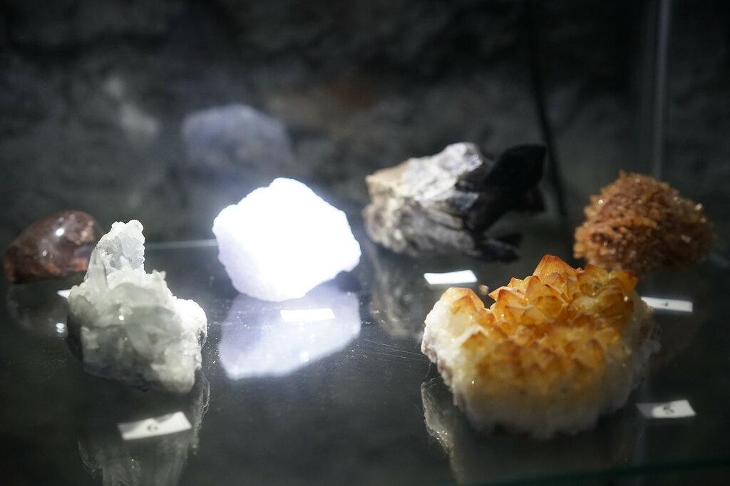 Минералы. Искусственная Медвежья пещера в Сафари-Парке в Геленджике