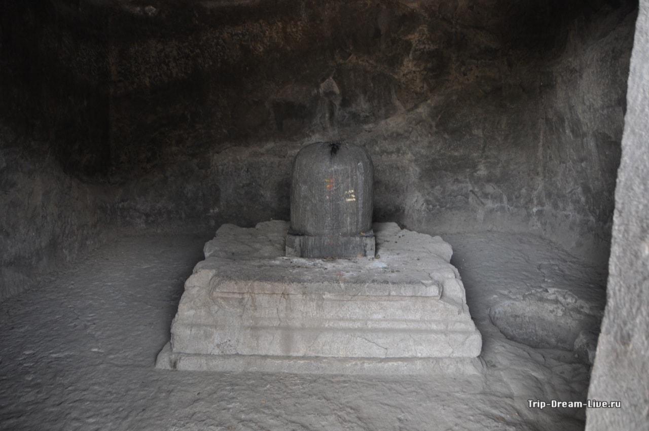 Лингам Шивы в одной из пещер