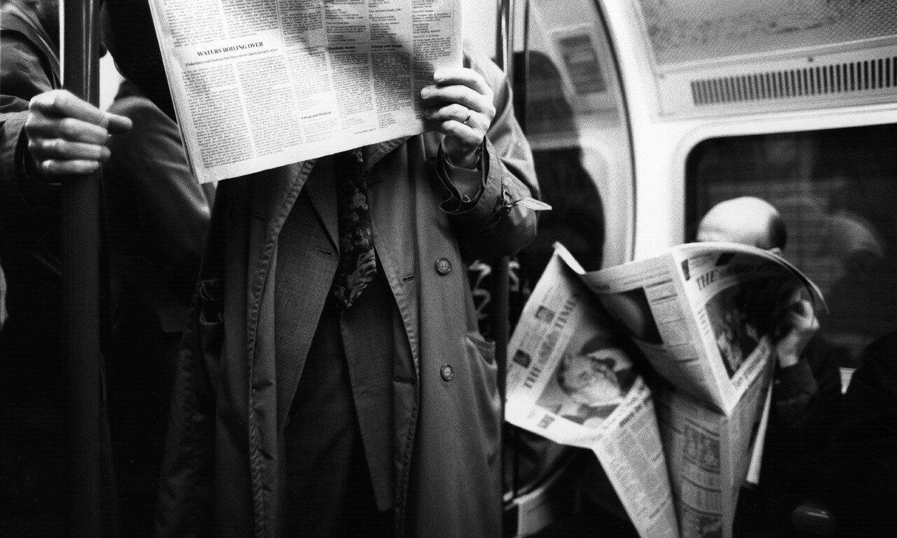1993. Пассажиры поезда лондонского метро читают свои газеты, март