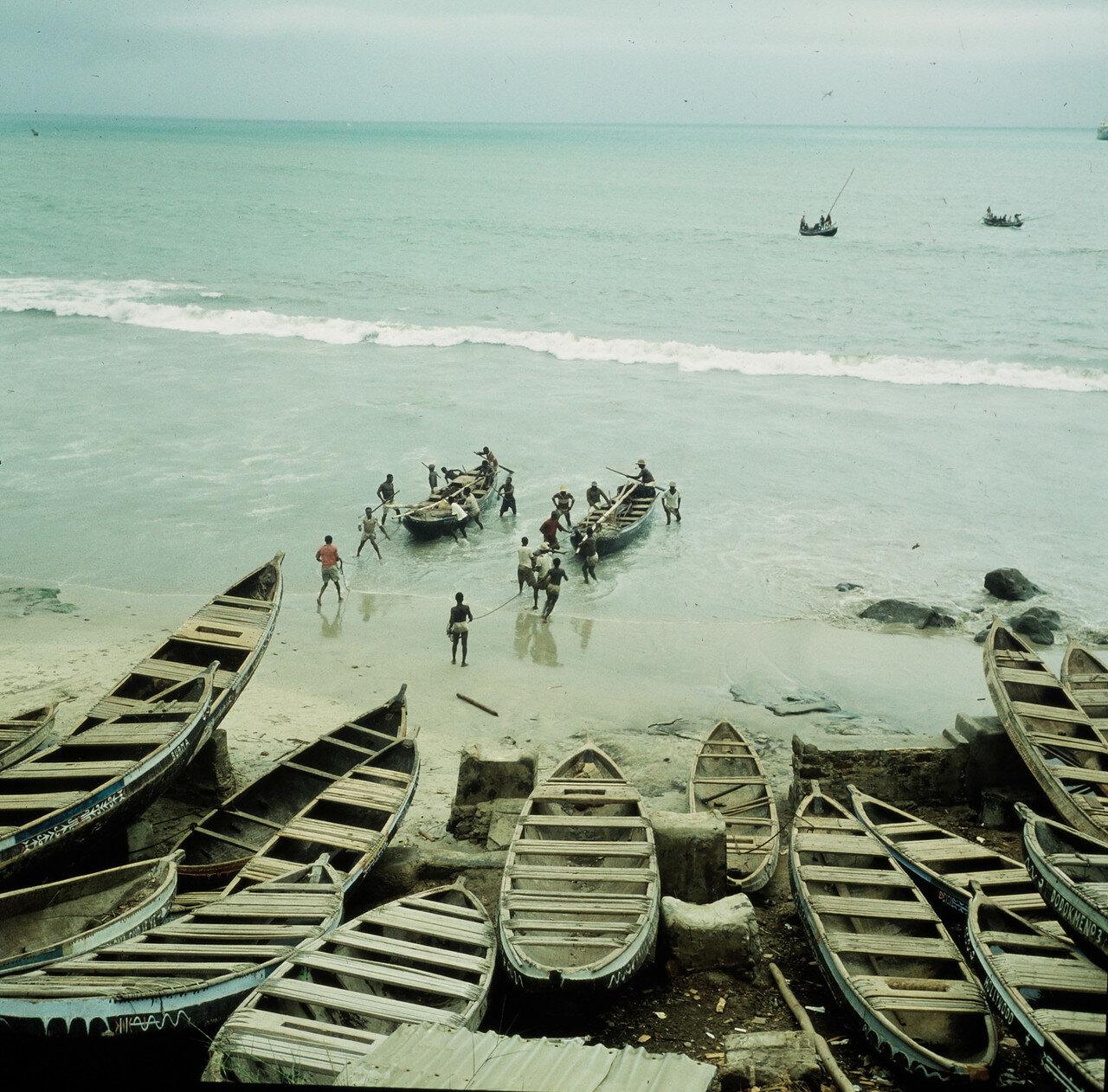 Перевозка товаров с грузовых судов на сушу осуществляется с помощью прибойных шлюпок.  3 апреля