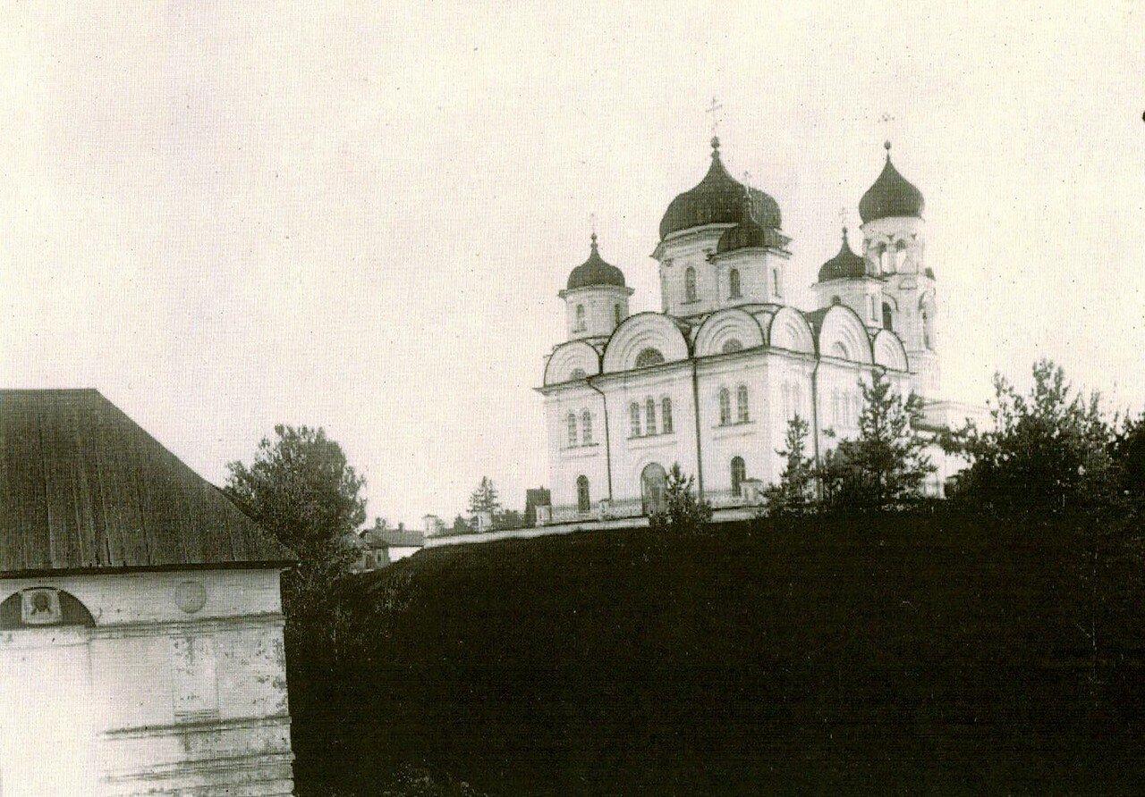 Cобор Архангела Михаила.На переднем плане -Храм Св.Иоакима и Св.Анны