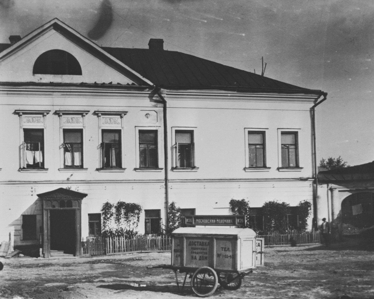 1930-е. 1-я Мещанская улица. Доставка молочных продуктов на дом