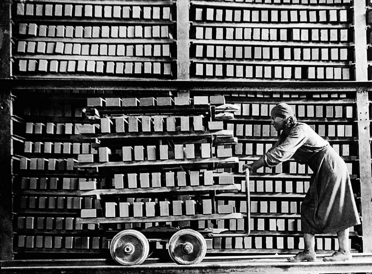 Сатка. Завод «Магнезит». Котельщики ударной группы Т. Огородникова. 1933.