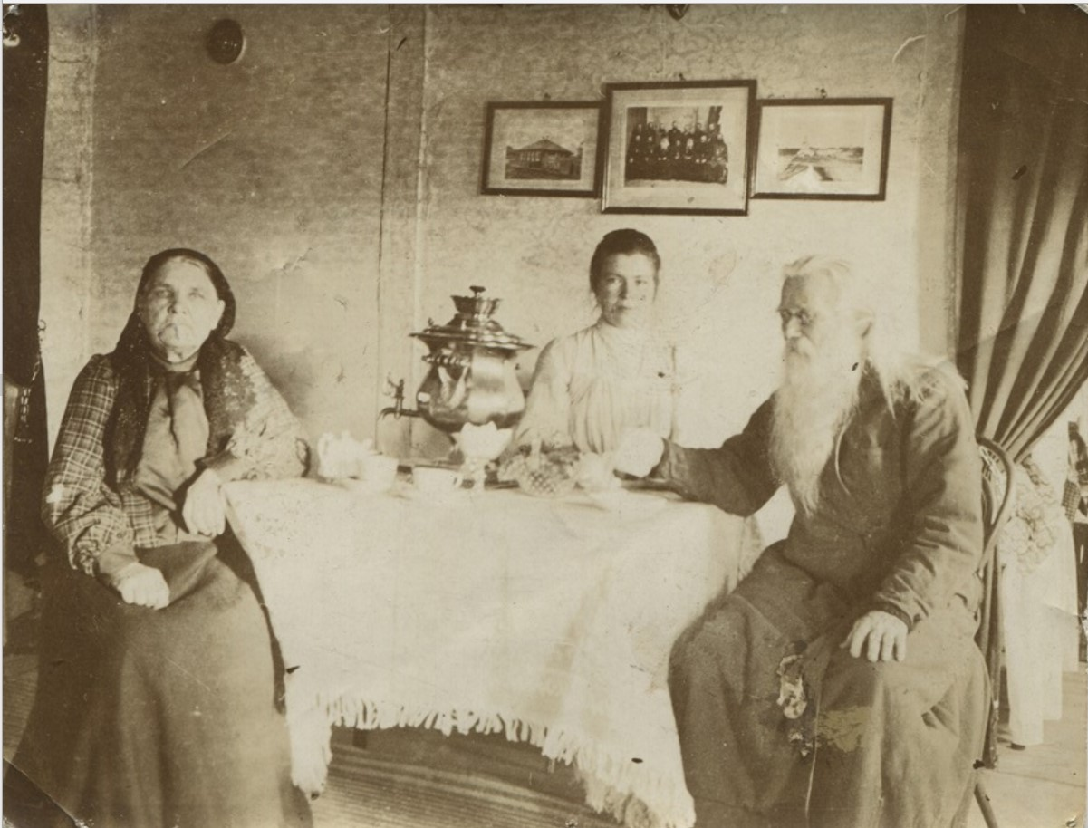 М.П. и О.Г. Беляевы за чайным столом