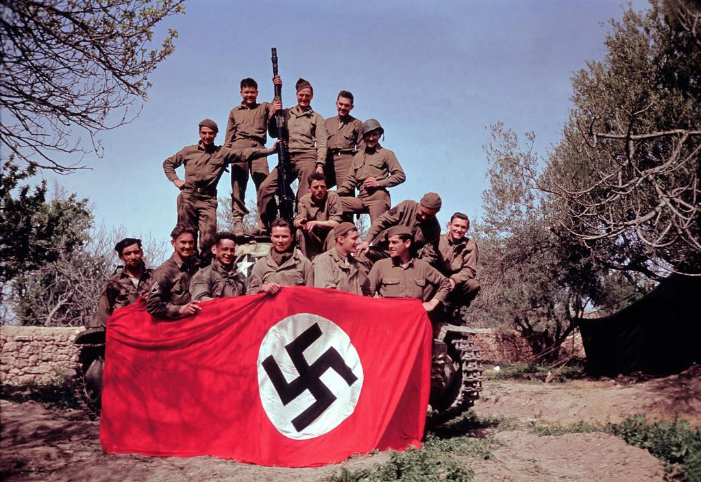 Wonderful Colour Photographs of World War II by Robert Capa (88).jpg