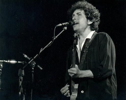 Нобелевский комитет не может связаться с Бобом Диланом