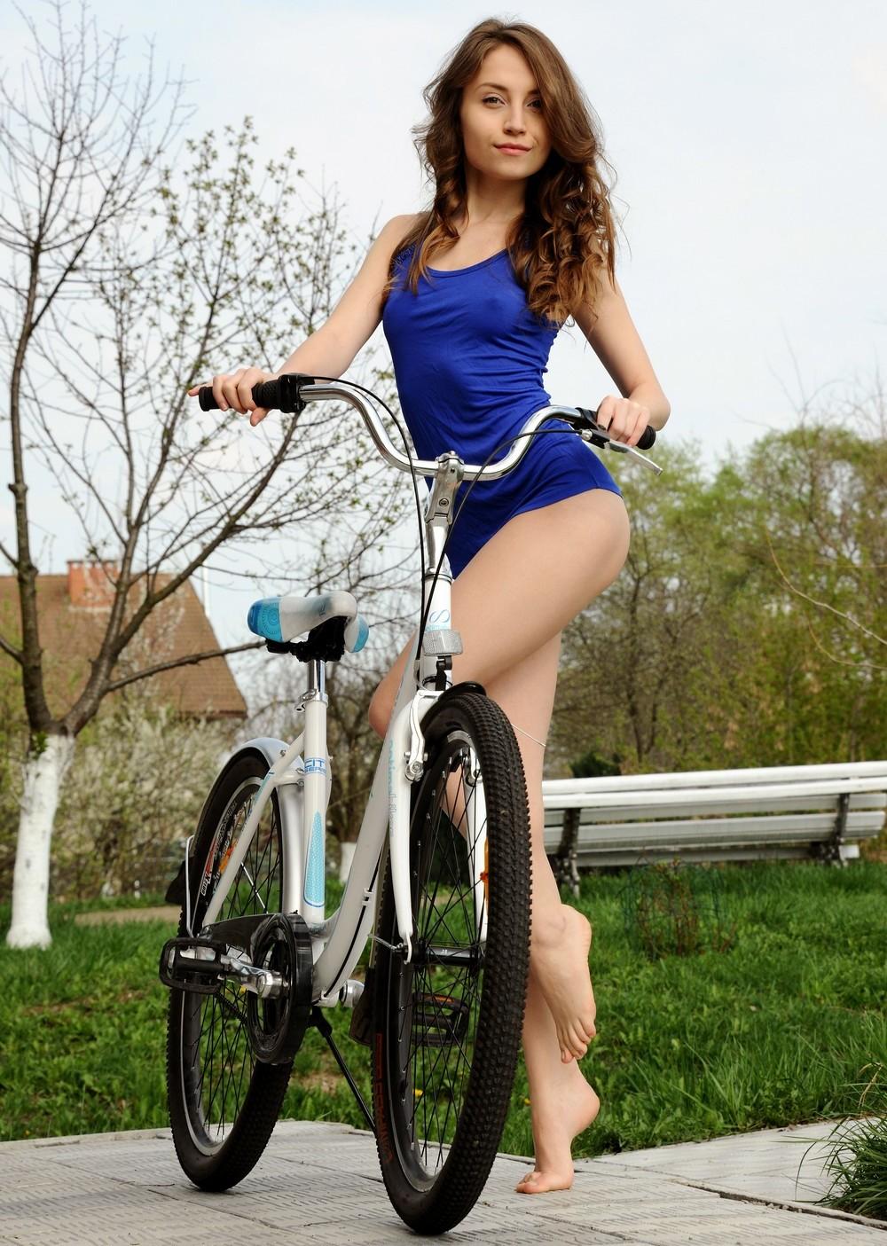 Стройная Nicolina прокатилась на велосипеде