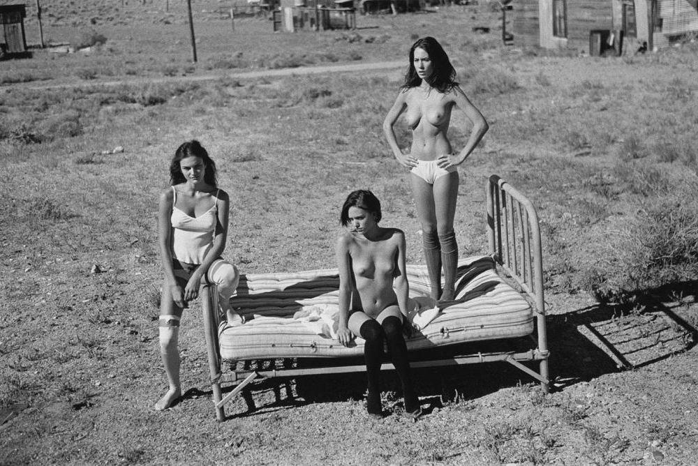 Три раскрепощённые девушки в фотокниге Город-призрак