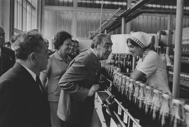 Леонид Брежнев на фабрике компании Pepsi-Cola, 1974 год.
