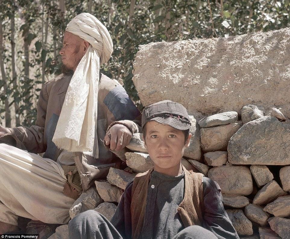 Мужчина и мальчик отдыхают на пути в Бамиан.