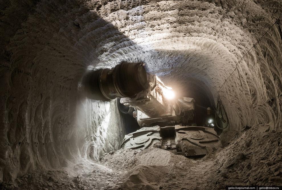 На руднике трудятся около 760 человек. Предприятие работает семь дней в неделю. Режим работы ру