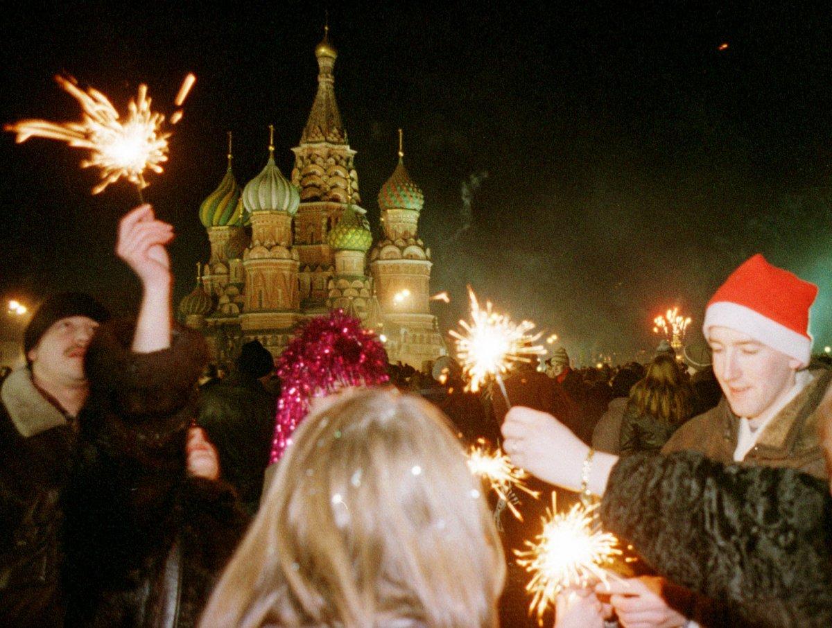 Москвичи отмечают Новый год на Красной площади, утро 1 января 1999 года.