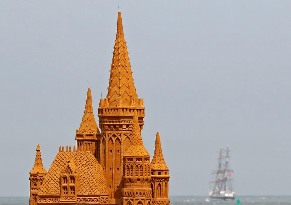 Общий вид части песчаных скульптур фестиваля.