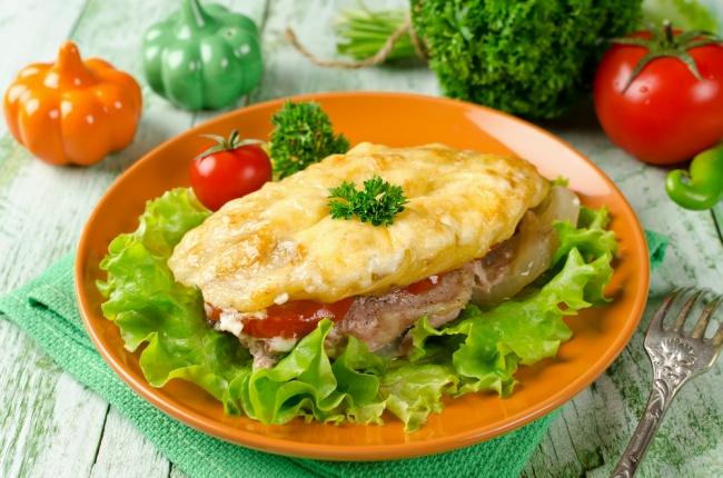Ингредиенты: 400г говядины 1луковица 1яйцо соль, специи сыр (который плавится) для пюре: 2–3 боль