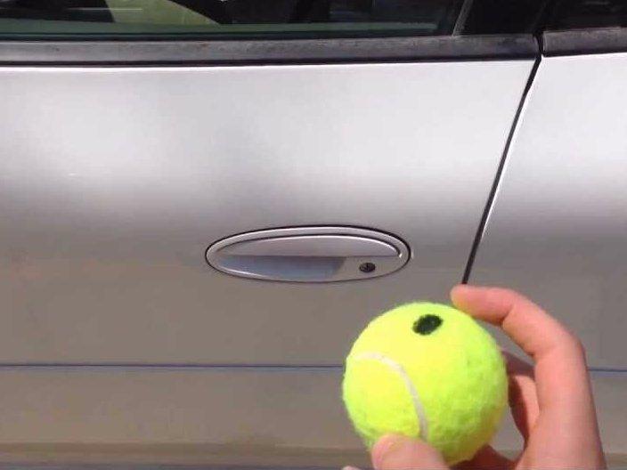 9. Теннисный мячик не поможет вам открыть дверцу автомобиля. Лайфхак гласит, что, если вы закрыли кл