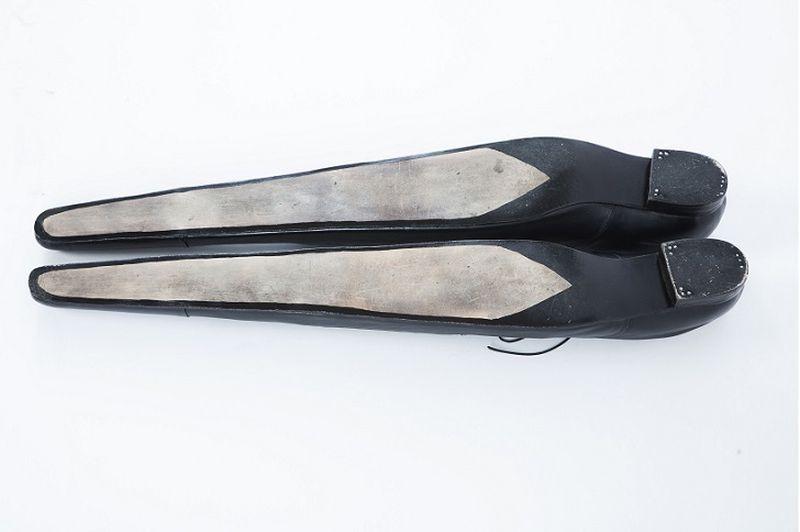 9. Теперь мужчины могут смело мериться и длиной собственной обуви. Деревянные кроссовки