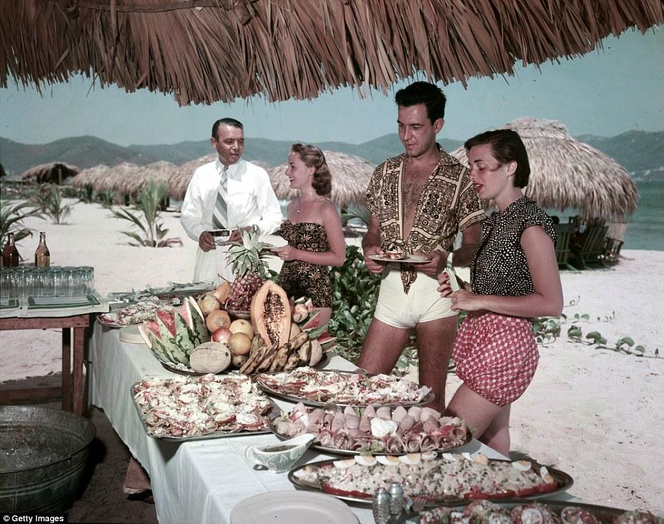 Пара пробует еду на пляже.