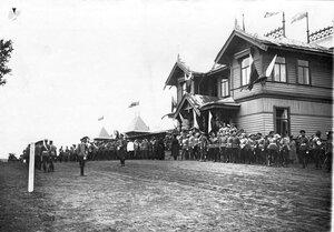 Офицеры красносельского лагерного сбора ожидают приезда императора Николая II