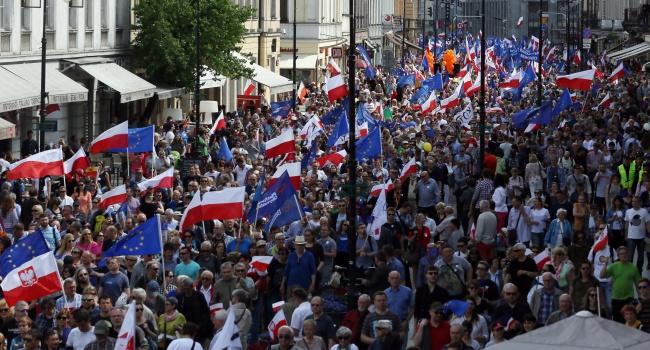ВВаршаве десятки тысяч человек вышли наантиправительственную акцию