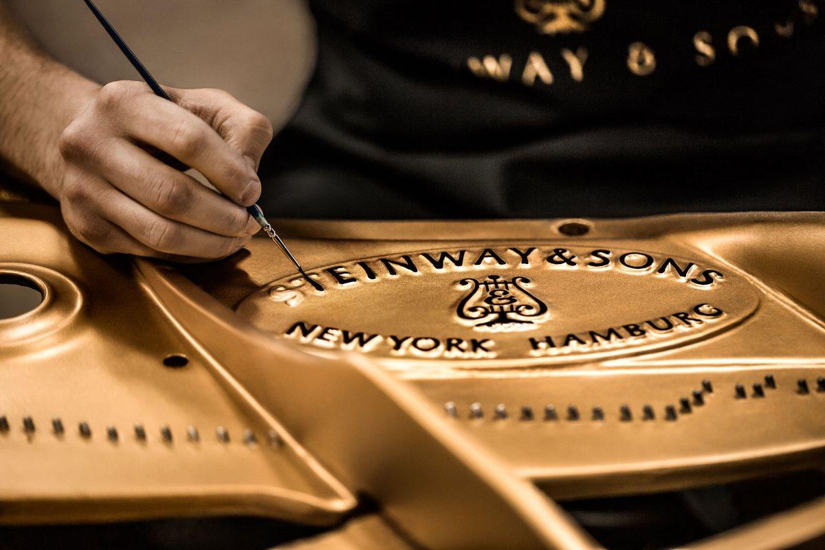 Нанесение логотипа Steinway & Sons, нанесение логотипа на рояль, нанесение логотипа на раму рояля Steinway & Sons