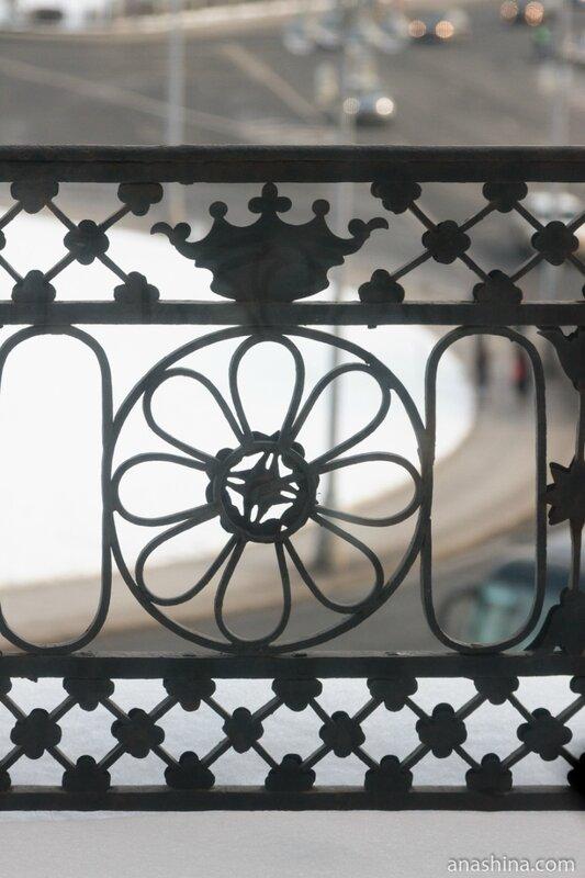 "Корона в ограде ""Балкона трех императоров"", дом Пашкова"