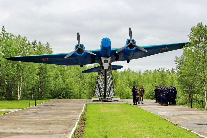 Самолёт СБ в посёлке Высокий.