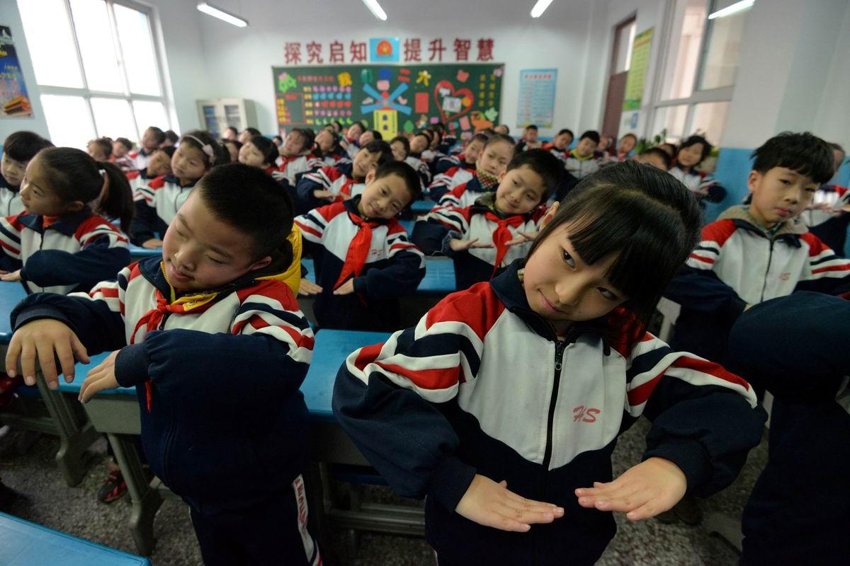 Мы писали, мы писали - наши пальчики устали: Гимнастика посреди школьного класса