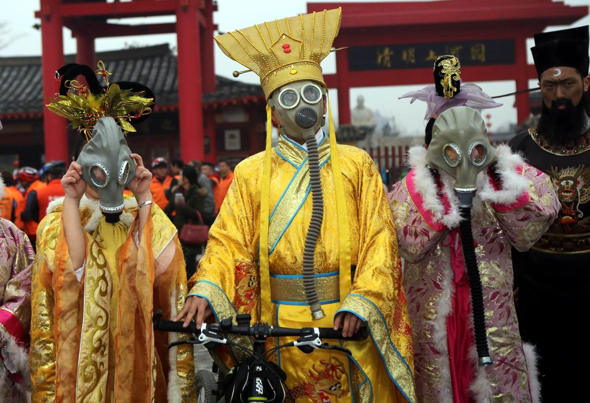 >Маскарад в противогазах: Протест против загрязнения окружающей среды по-китайски