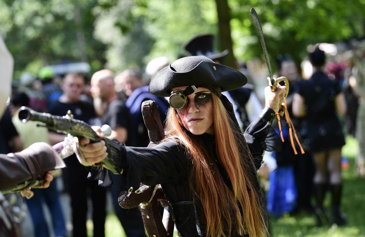Не зарублю, так пристрелю!: Победительница конкурса красоты среди одноглазых пираток