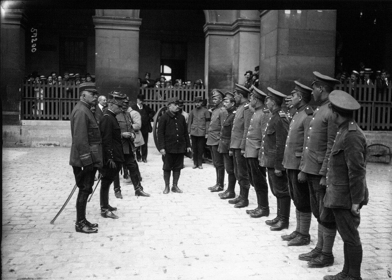 1915. Генерал Кузен приветствует бежавших из германского плена российских военнослужащих