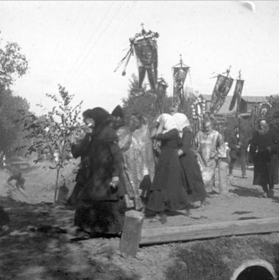 Крестный ход в сельской местности