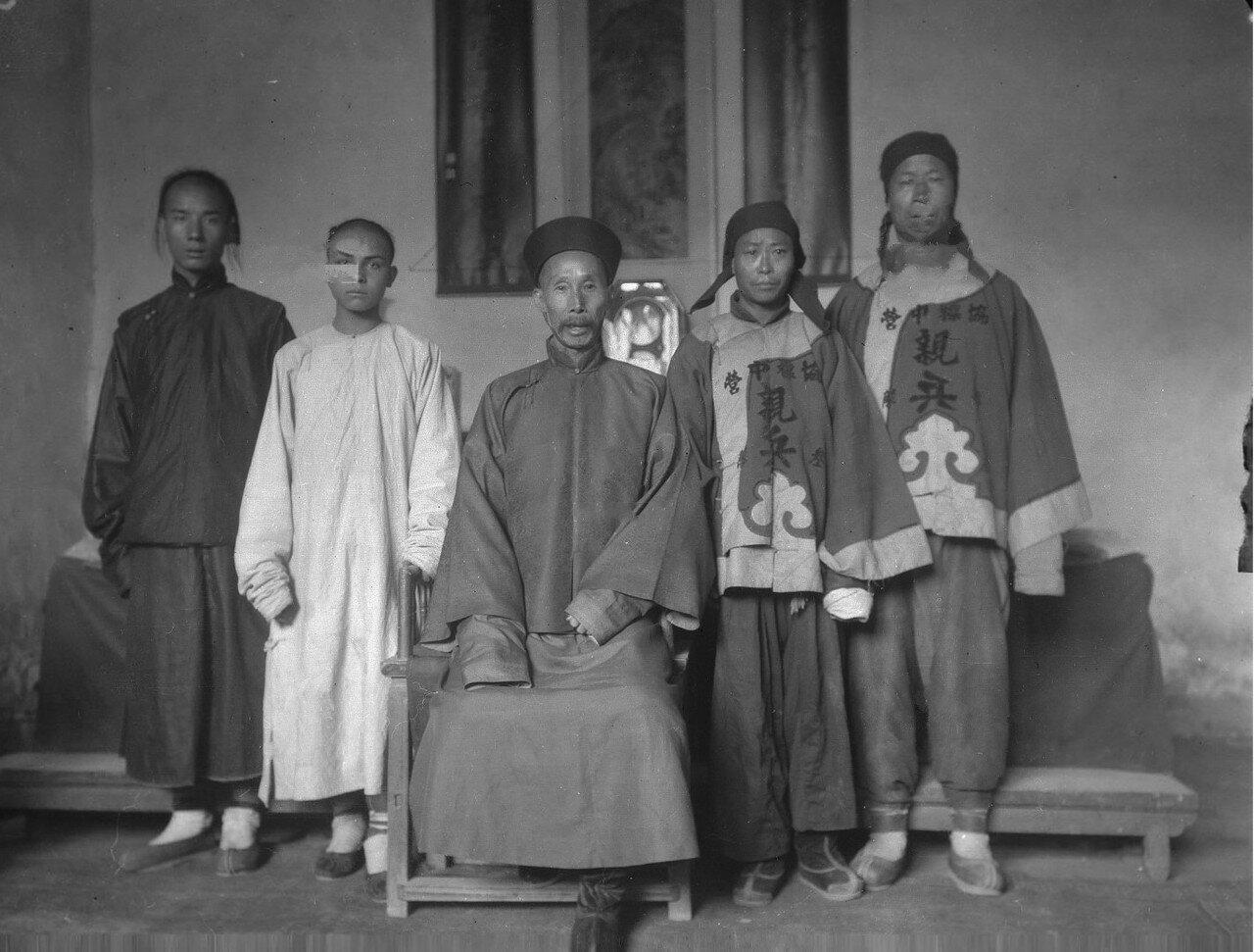 Адъютант чинтая капитан Ю в окружении двух своих слуг и двух китайских пехотинцев