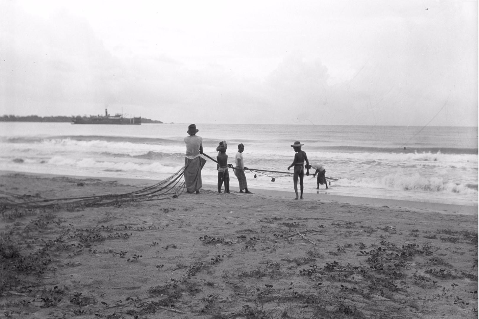 263. Калкуда. Шесть рыбаков вытаскивают рыболовную сеть из воды