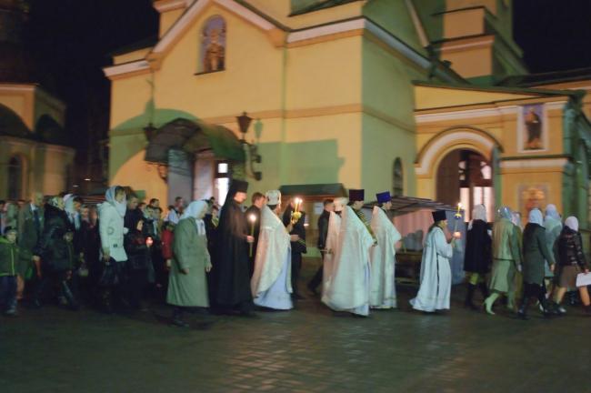 Торжественный крестный ход вокруг храма