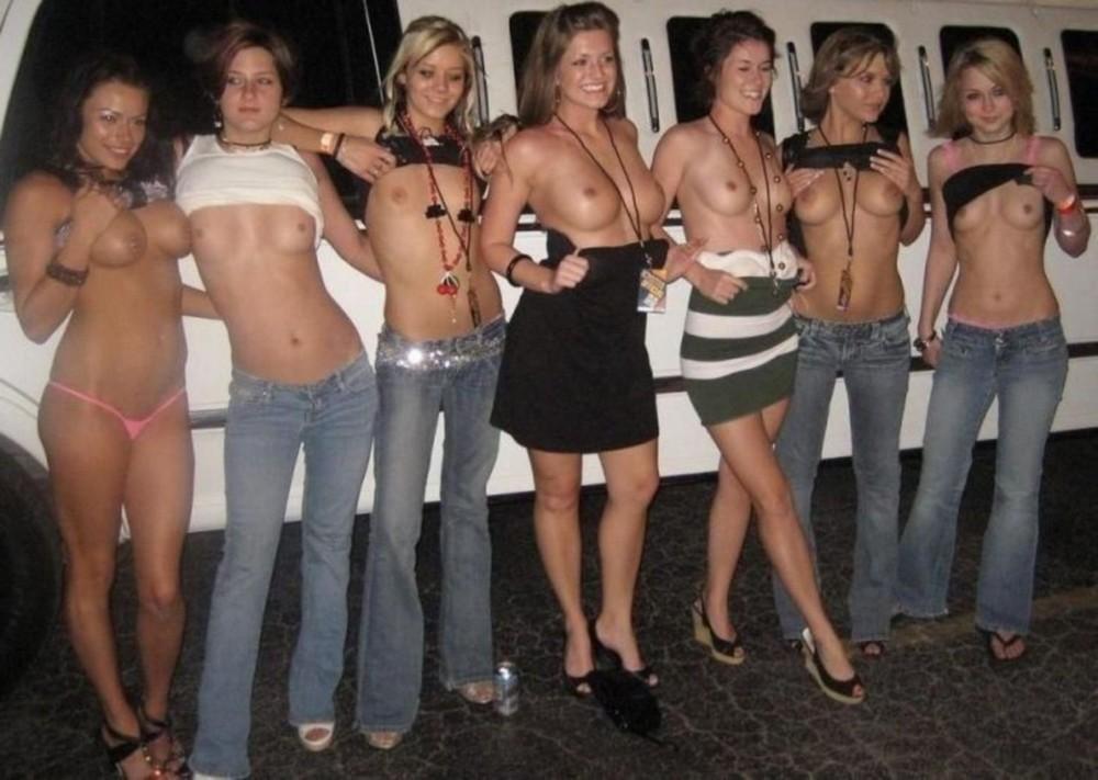 Девушки показывают свои прелести