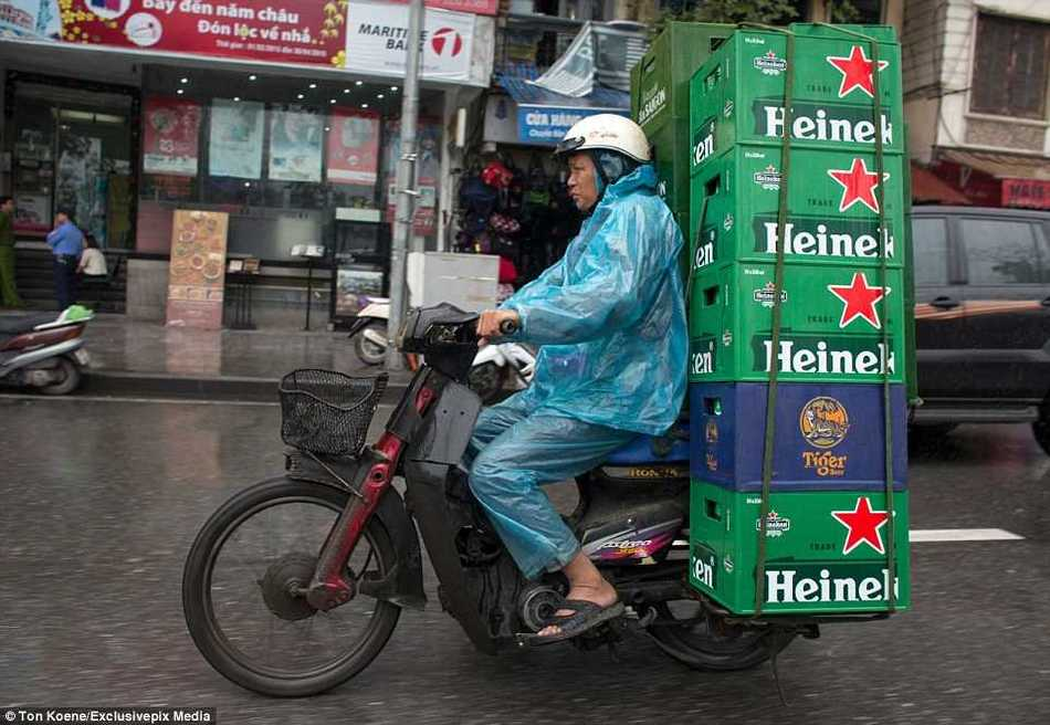Эти бесстрашные вьетнамцы могут перевозить на мопедах все что угодно