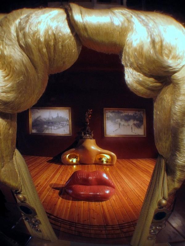 Сальвадор Дали, очарованный Мэй, создал целую комнату в виде лица актрисы. Самым чувственным предмет