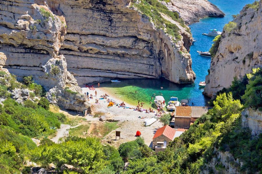 15. Вис (Хорватия) Вис – самый отдаленный от материковой части Хорватии остров, известный своим неве