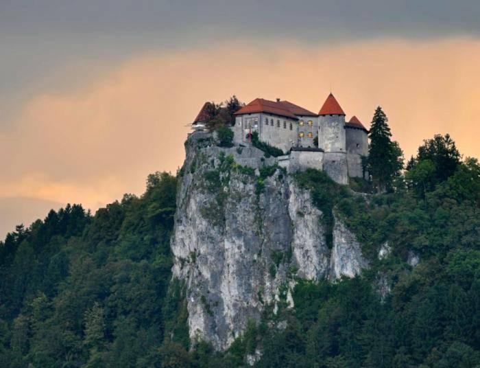 Замок расположился на стометровой скале, грозно нависающей над озером Блед. Помимо роскошного вида,