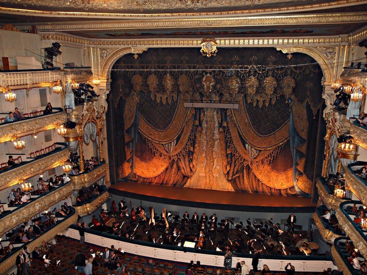 Мариинский театр является одним из самых известных театров страны. Он был открыт в 1860 году и до си