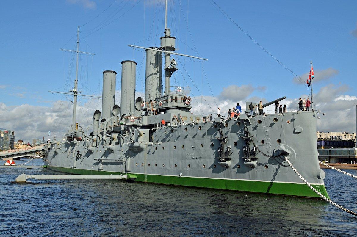 Узнайте все о военной истории России в музее внутри крейсера Аврора.