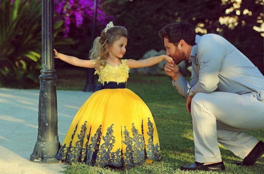 4. Мужчины с трепетом наблюдают за тем, как растут их маленькие принцессы 5.
