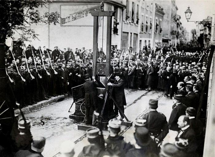 Последняя казнь гильотиной на публике прошла во Франции 17 июня 1939 года. Она была запечатлена на к