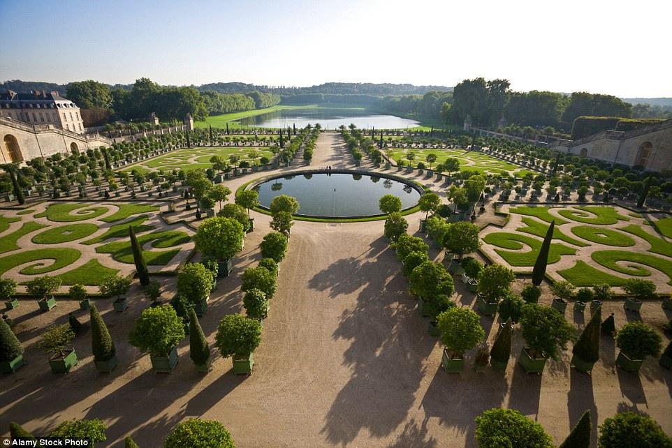 На фото: фонтан Латоны. Строительство дворца было начато Людовиком XIV в 1661 году и продолжалось ок