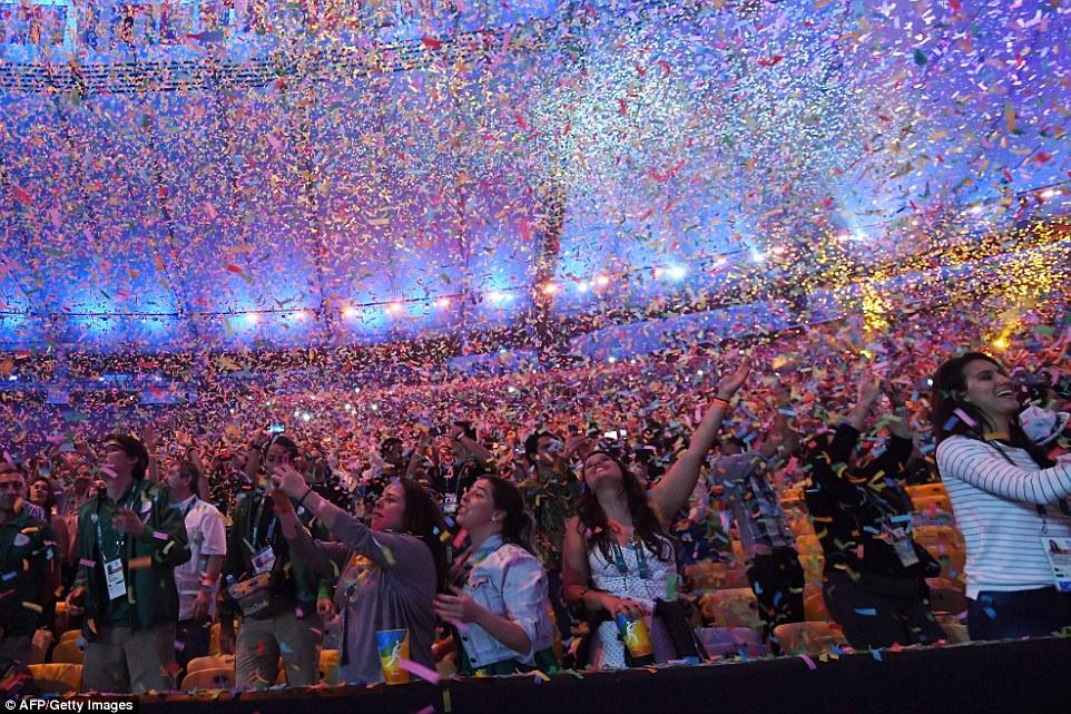 Зрители на церемонии открытия.