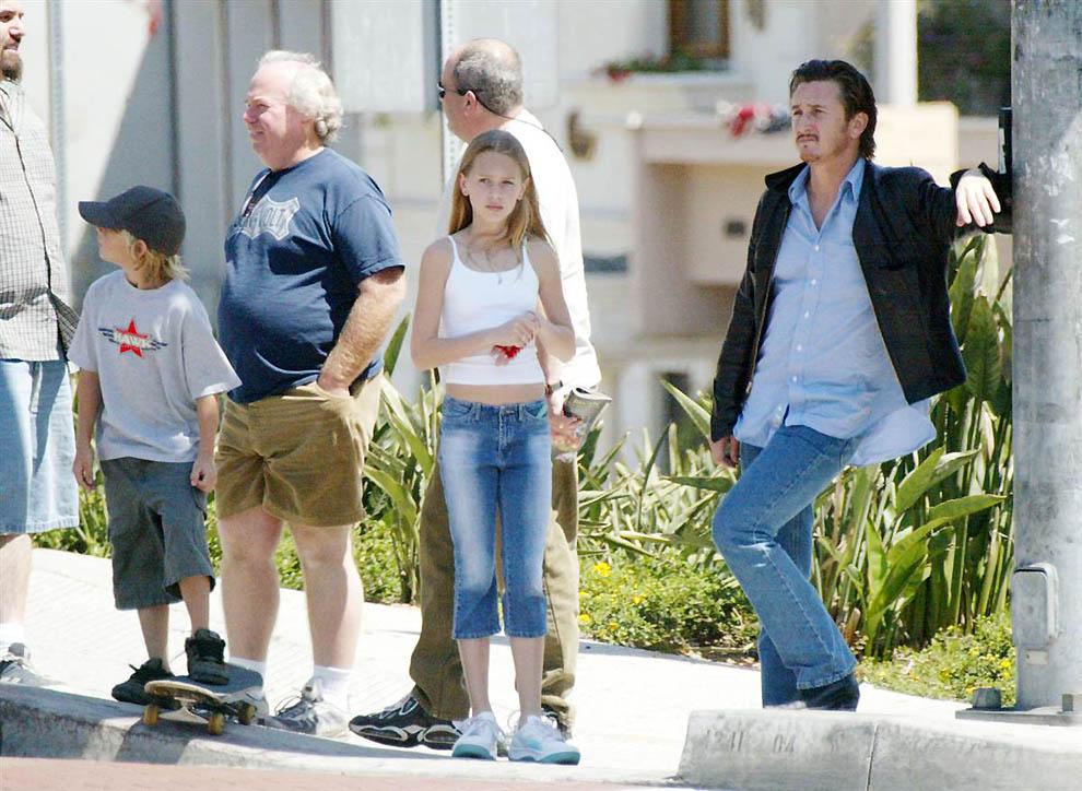 17. А так знаменитости в Голливуде ходят за покупками. На фото: Шон Пенн и его дети (2002 год).