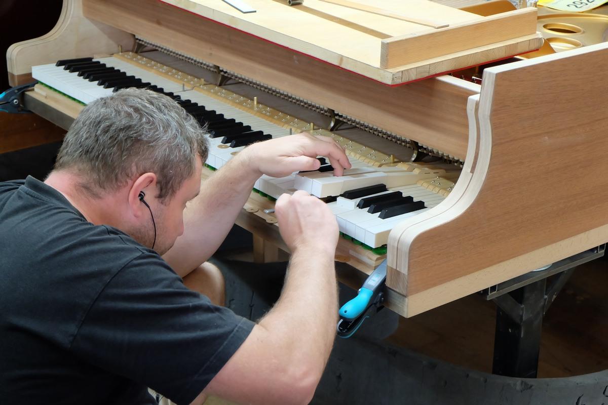 Установка клавишного механизма в корпус рояля, Steinway & Sons, фототур по фабрике Steinway & Sons
