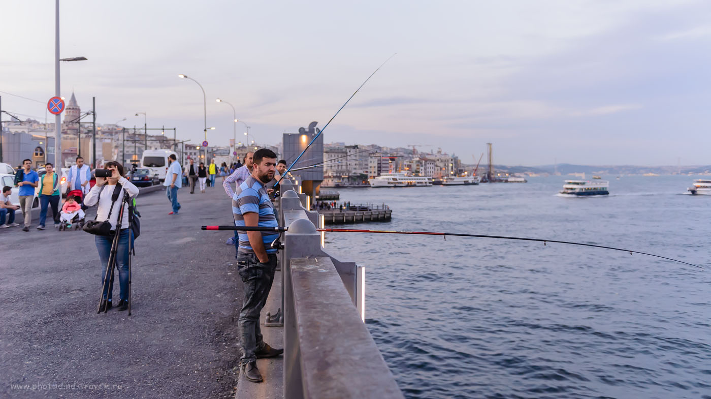Фотография 17. Случай на Галатском мосту в Стамбуле. В кадре – Катерина с моим карбоновым штативом Sirui T-2204X. Рассказы туристов о поездке на отдых в Турцию самостоятельно. 1/400, 2.8, 1600, 31.