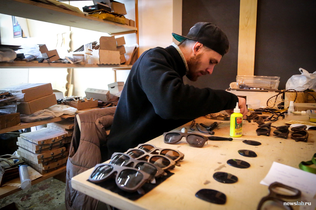 Как в Красноярске делают модные аксессуары из дерева