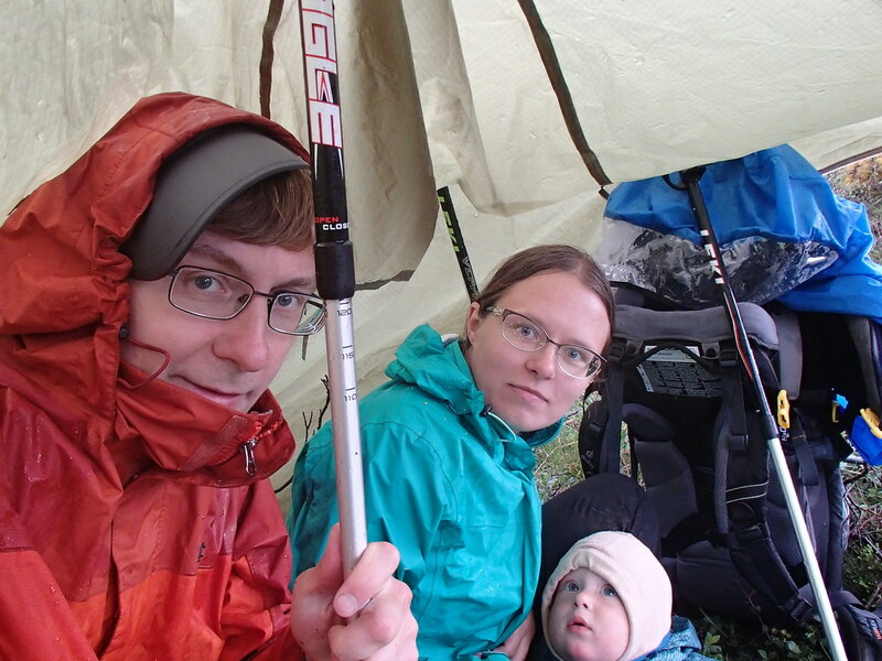 пережидание дождь под тентом от палатки